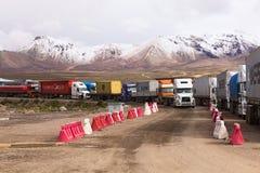 Caminhões que estão na beira Boliviano-chilena fotos de stock royalty free