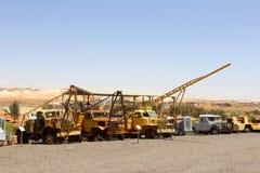 Caminhões retros e equipamento para a mineração da opala, Andamooka, Austrália fotos de stock royalty free