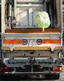 Caminhões urbanos do saneamento durante a coleção dos resíduos sólidos dentro Foto de Stock
