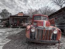 Caminh?o abandonado, oxidado, fora de uma cidade fantasma Murrayville, GA imagem de stock