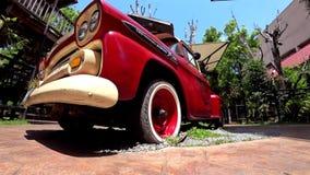 Caminh?o do luz-dever de Chevrolet com casas de madeira ao redor filme