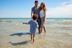 Caminhada adorável do miúdo para seus pais Imagem de Stock