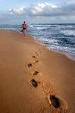 Caminhada afastado ao por do sol Fotografia de Stock Royalty Free