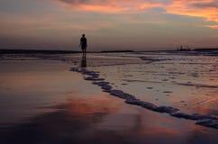 Caminhada afastado na praia na manhã Fotografia de Stock