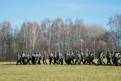 Caminhada alemão dos soldados-reenactors com armas Foto de Stock