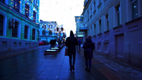 Caminhada ao longo da baixa Iluminação festiva, tempo do dia, inverno, Moscou Rússia video estoque
