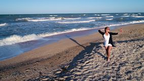 Caminhada ao longo da costa de mar filme