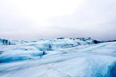 Caminhada ao longo da geleira em Islândia Imagem de Stock