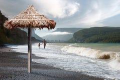 Caminhada ao longo da praia do Mar Negro imagem de stock