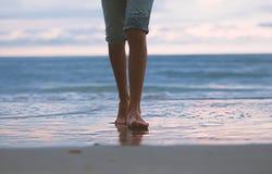 A caminhada ao longo da ressaca do mar, pés na ressaca, Fotos de Stock