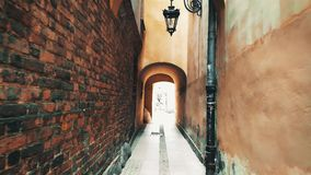 Caminhada ao longo da rua velha estreita em Varsóvia, Polônia video estoque