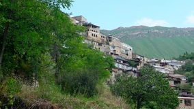 Caminhada através da aldeia da montanha vídeos de arquivo
