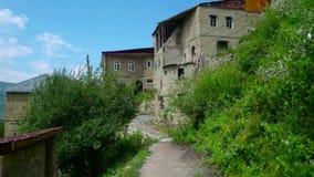 Caminhada através da aldeia da montanha video estoque