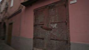 Caminhada através da igreja da cidade de Minturno da cidade vídeos de arquivo