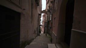 Caminhada através das catacumbas Minturno Itália da cidade filme