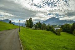 Caminhada através do parque bonito perto de Meggen em Suíça fotografia de stock