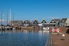 Caminhada através do porto de Marken imagens de stock royalty free