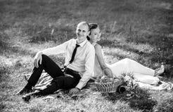 Caminhada bonita do casamento do verão na natureza Imagens de Stock