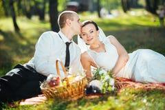 Caminhada bonita do casamento do verão na natureza Fotos de Stock Royalty Free