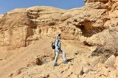 Caminhada c?nico na montanha do deserto de Judea imagens de stock royalty free
