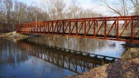 Caminhada da água do rio da ponte de pedestre das reflexões Fotos de Stock Royalty Free
