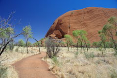 Caminhada da base de Uluru imagem de stock royalty free