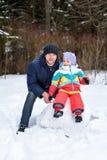 Caminhada da família na mamã e na criança do paizinho da floresta do inverno fotos de stock royalty free