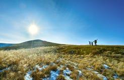 Caminhada da família na montanha do outono Imagens de Stock