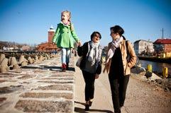 Caminhada da família no cais de Darlowo foto de stock royalty free