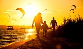 Caminhada da família no por do sol Imagem de Stock Royalty Free