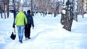 Caminhada da m?e e do filho na floresta do inverno vídeos de arquivo