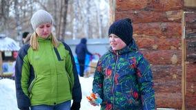 Caminhada da m?e e do filho na floresta do inverno filme