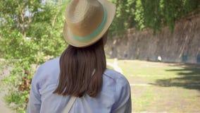 Caminhada da mulher ao longo da margem no movimento lento Atrás da opinião o viajante fêmea que aprecia as férias exteriores vídeos de arquivo