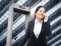 Caminhada da mulher de negócios através da porta de segurança imagens de stock royalty free