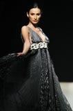 Caminhada da mulher do desfile de moda Foto de Stock Royalty Free