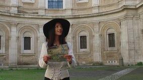 Caminhada da mulher do viajante ao guardar os mapas que olham no sentido, na admiração e no sorriso filme