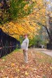 Caminhada da mulher gravida no parque do outono fotos de stock
