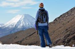 Caminhada da mulher o cruzamento de Tongariro fotografia de stock
