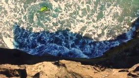 Caminhada da parte superior, penhascos da praia ao mar agitado, na costa de Bali, Indonésia Conceito ambiental da sustentabilidad filme