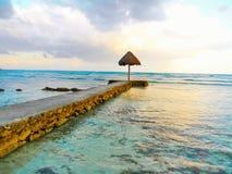 Caminhada da placa do oceano ao por do sol do guarda-chuva Fotos de Stock