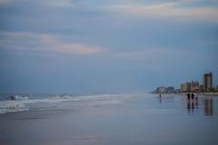 Caminhada da praia da manhã Imagens de Stock Royalty Free