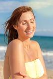 Caminhada da praia da mulher fotos de stock royalty free