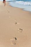 Caminhada da rapariga na praia Imagem de Stock