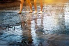Caminhada da rua dos povos na chuva, colorido abstratos, na cor pastel e no borrão Fotos de Stock Royalty Free