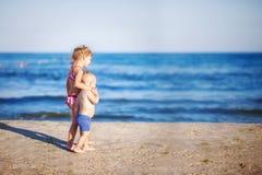 Caminhada das crianças ao longo do litoral fotografia de stock royalty free