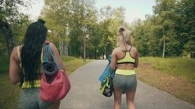 Caminhada das meninas da aptidão com saco do esporte Moças que preparam-se para exercitar ou corrida video estoque