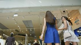 Caminhada das meninas na entrada de aproximação da loja das mulheres da alameda video estoque