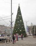 A caminhada das populações da cidade em torno da árvore de Natal Fotografia de Stock