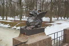 Caminhada de abril através do parque de Alexandrovsky em Tsarskoye Selo imagens de stock royalty free