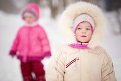Caminhada de duas irmãs Imagens de Stock